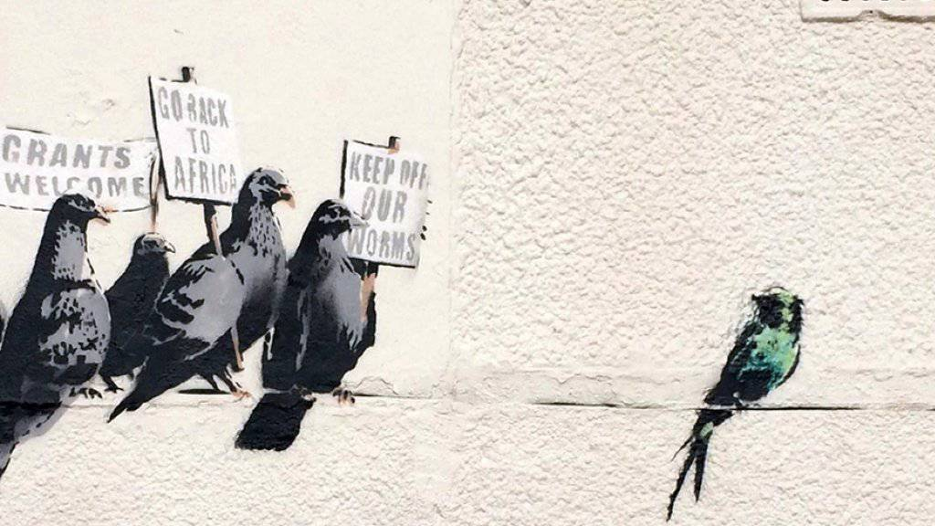 Ein älteres Werk des gesichtslosen Streetart-Künstlers Bansky: In einem britischen Freibad gibt es ab Freitag neue Kunst von ihm zu bewundern (Archiv)