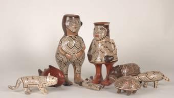 Die Shipibo-Krippe (l.) und der bunte Engel Lozano mit der Panflöte zeigen ganz klar: Krippenfiguren in Peru sprechen eine andere Bildsprache als bei uns.