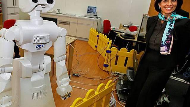 Leuthard liess sich an der Universität von Tokio einen Roboter zeigen