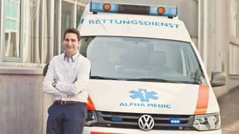 Jean-Claude Furegati mit einer Amulanz der Alpha Medic AG: «Ich freue mich auf die gemeinsame Zukunft und die partnerschaftliche Zusammenarbeit mit der Notrufzentrale und den anderen Rettungsdiensten.» (Archiv)