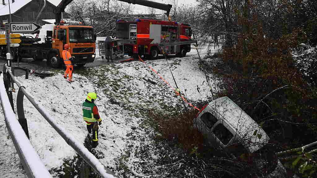Wintereinbruch sorgt für viele Unfälle - Auto in Tobel gestürzt