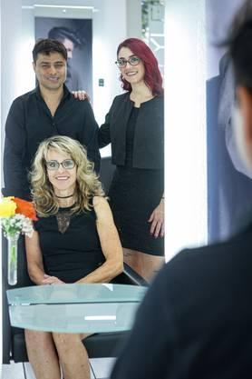 Coiffeuse Marianne Goldenberger (sitzend) vom Salon Hairstyle Ambiance in Küttigen hat den afghanischen Flüchtling Abbas Assani als Coiffeur-Lehrling eingestellt. Mit im Bild Coiffeuse-Lehrtochter Raquel Perez Candela.