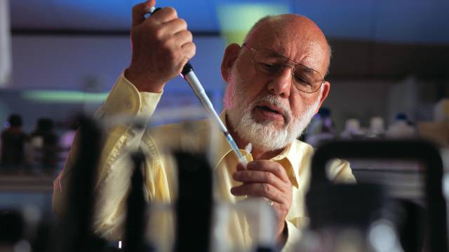 Professor Walter Gehring in seinem Labor in Basel (Archiv)