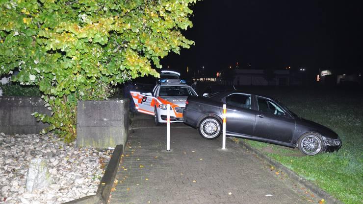 Bellach SO, 22.Oktober: Zwischen Selzach und Bellach entzog sich ein Autolenker einer Polizeikontrolle. Nach einer umgehend eingeleiteten Nachfahrt konnte der 50-jährige Lenker in Bellach angehalten und festgenommen werden. Er stand unter Drogen- und Alkoholeinfluss.