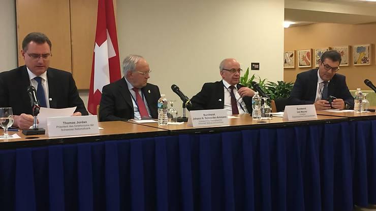 Die Schweizer Delegation vor den Medien - von links nach rechts Nationalbank-Präsident Thomas Jordan und die Bundesräte Johann Schneider-Ammann und Ueli Maurer