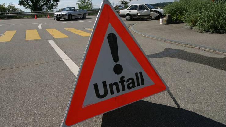 Es kommt ab und zu vor, dass Unfallverursacher den Führerausweis sofort abgeben müssen.  az Es kommt ab und zu vor, dass Unfallverursacher den Führerausweis sofort abgeben müssen.  az