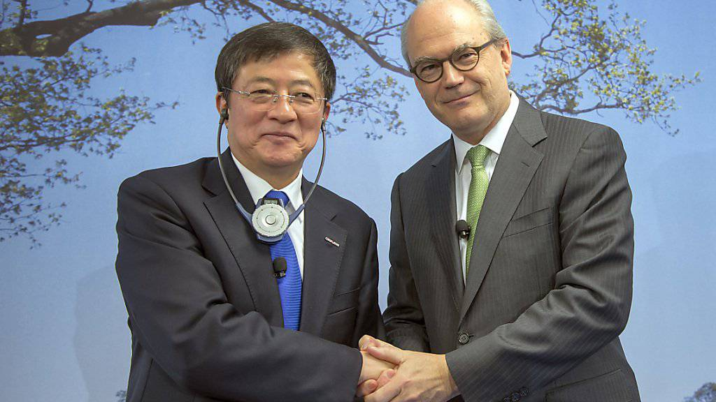 Vor dem Zusammengehen müssen sie zunächst die Wettbewerbsbehörde der EU überzeugen: Ren Jianxin von ChemChina (links), Michel Demare von Syngenta. (Archivbild)