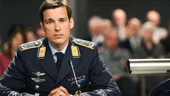 Angeklagt: Kampfpilot Lars Koch (Florian David Fitz) hat ein entführtes Flugzeug abgeschossen, um 70000 Fussballfans zu retten. Ist er ein Held oder ein Mörder? SRF