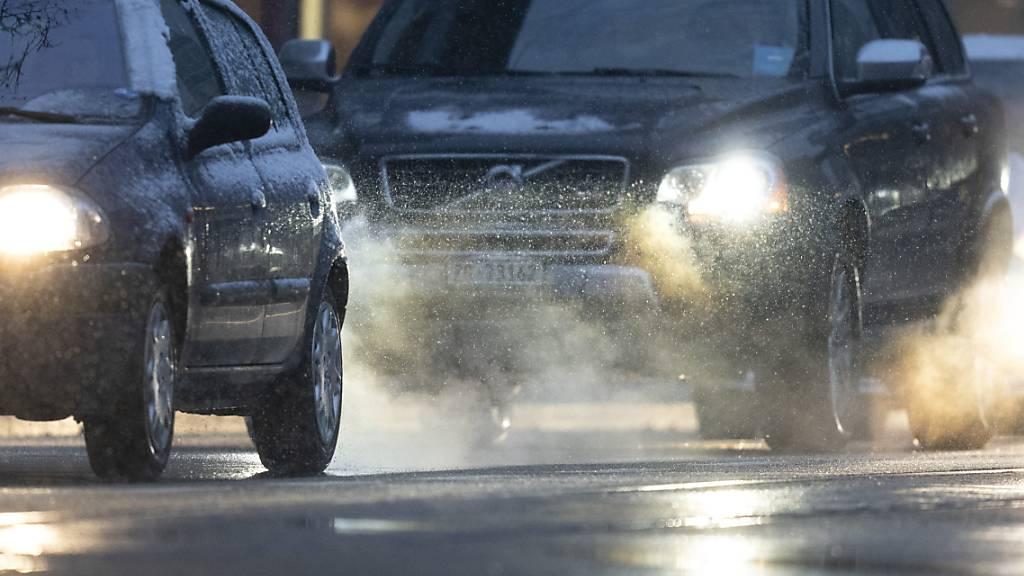 Die Treibhausgasemissionen im Verkehr sollen bis 2030 gegenüber 1990 um einen Viertel reduziert werden. Dieses Ziel formuliert der Bundesrat in der neuen CO2-Verordnung. (Themenbild)