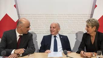 Entspannt nach dem gestrigen Etappensieg: Bundesrat Alain Berset (links), Bundespräsident Ueli Maurer und Bundesrätin Karin Keller-Sutter, die mit dem neuen Waffengesetz ebenfalls einen Sieg geholt hat.