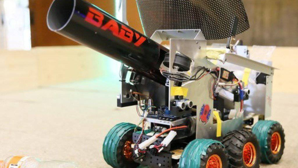 «Baby» räumt auf, und das effektiv: Mit seiner Kanone schiesst der Roboter eingesammelte Plastikflaschen zu einem Sammelpunkt.
