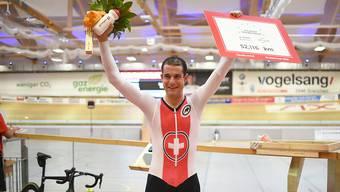Claudio Imhof jubelt über seinen Schweizer Stundenrekord von 52,116 Kilometern, aufgestellt auf dem Oval in Grenchen