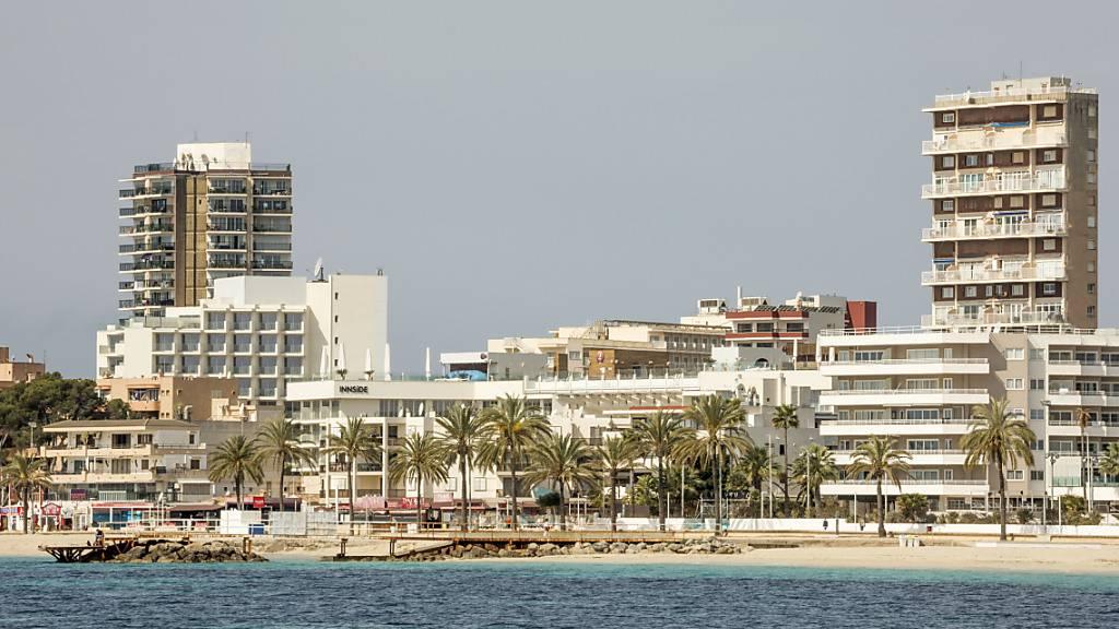 Blick auf den fast leeren Strand von Magaluf auf Mallorca. Foto: John-Patrick Morarescu/ZUMA Wire/dpa