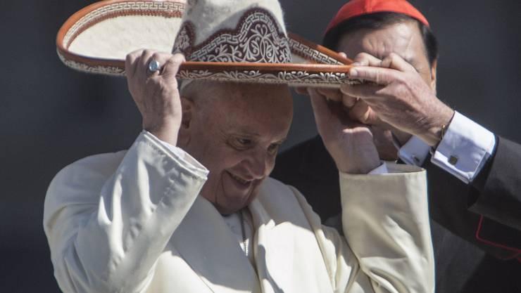 Papst Franziskus liebt immer auch das Bad in der Menge und ein Scherzchen mit der Bevölkerung - wenn's sein muss eben auch einen Sombrero, wie er ihm in Mexiko-Stadt geschenkt wurde.