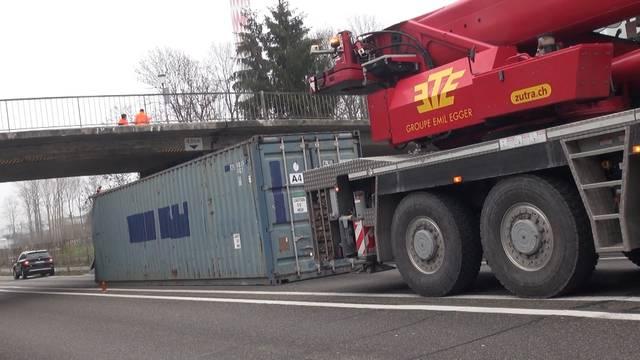 Schiffscontainer versperrt Autobahn bei Biel
