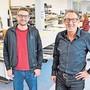 Marco Berger (links) und Bruno Berger stehen in der vergrösserten Näherei des Familienbetriebs.