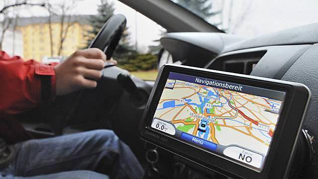 Autolenkerin vertraut dem Navigationsgerät (Symbolbild)