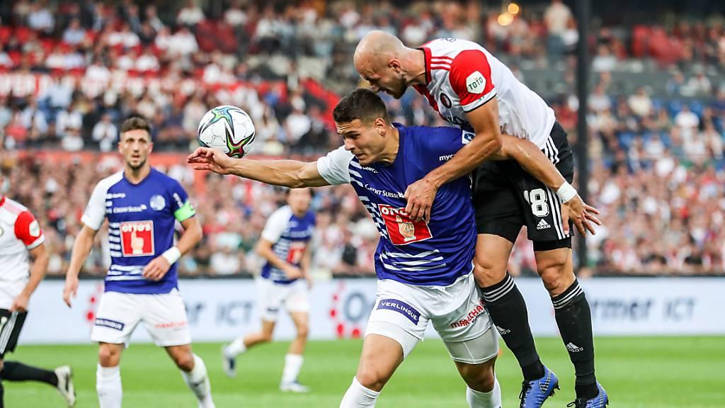 Filip Ugrinic hat im Luftduell mit Feyenoords Gernot Trauner einen schweren Stand.