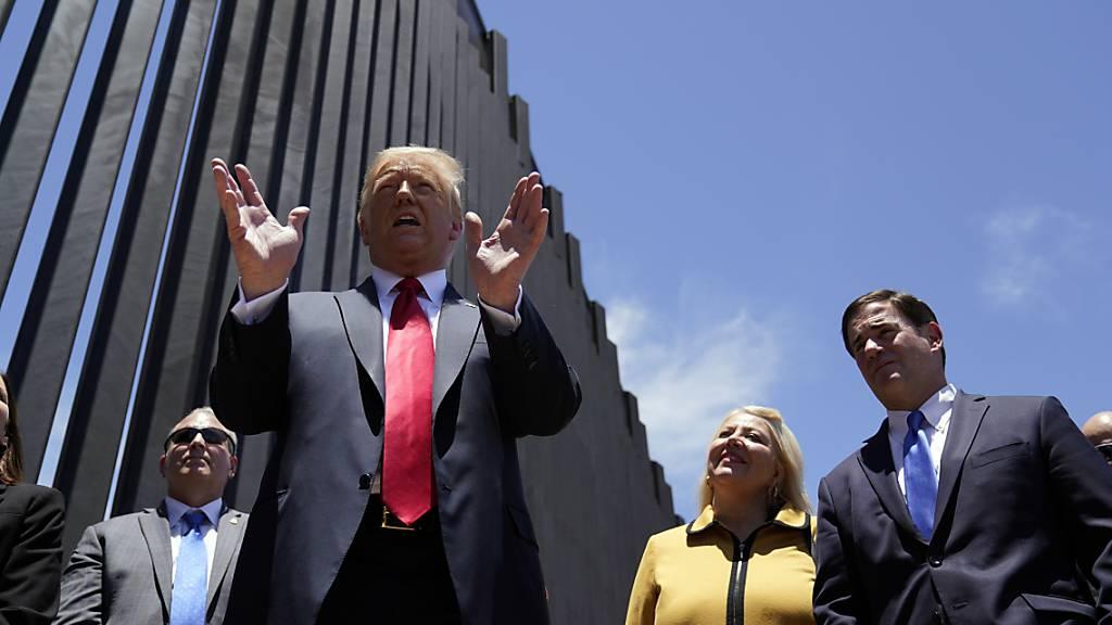 ARCHIV - Donald Trump, Präsident der USA, spricht 2020 bei einem Rundgang an einem Abschnitt der Grenzmauer zwischen Mexiko und den USA. (Archivbild) Foto: Evan Vucci/AP/dpa
