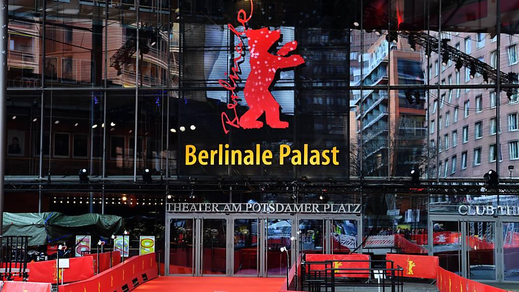 ARCHIV - Der Platz vor dem Berlinale Palast unweit des Potsdamer Platzes ist leer. Mit der Berlinale findet eines der wichtigsten Filmfestivals der Welt vorerst online statt. Foto: Paul Zinken/dpa