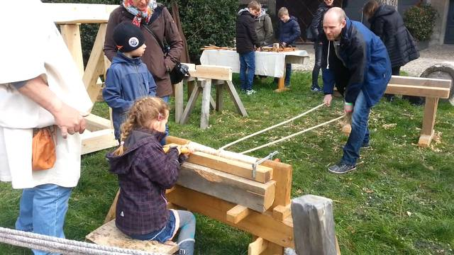 Schreinern und Brücken bauen: An der Eröffnung des Legionärspfads in Windisch konnten sich die Besucher als Römer versuchen.
