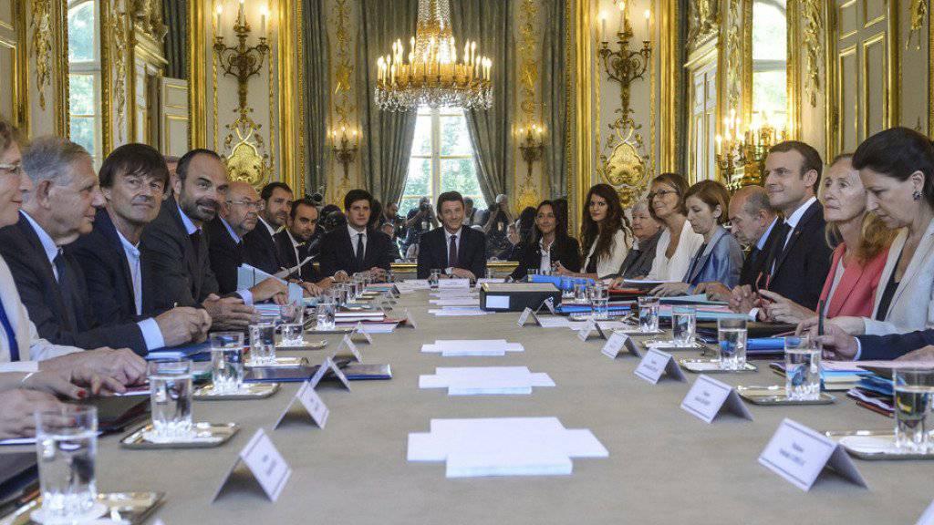 Das neue französische Kabinett bei seiner ersten Sitzung am Donnerstag in Paris.