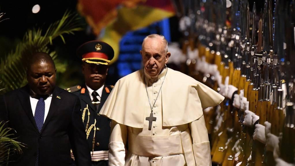 auf der ersten Etappe seiner Afrika-Reise ist Papst Franziskus in Maputo angekommen. Er wurde von Mosambiks Präsident Filipe Nyusi (l) feierlich empfangen.