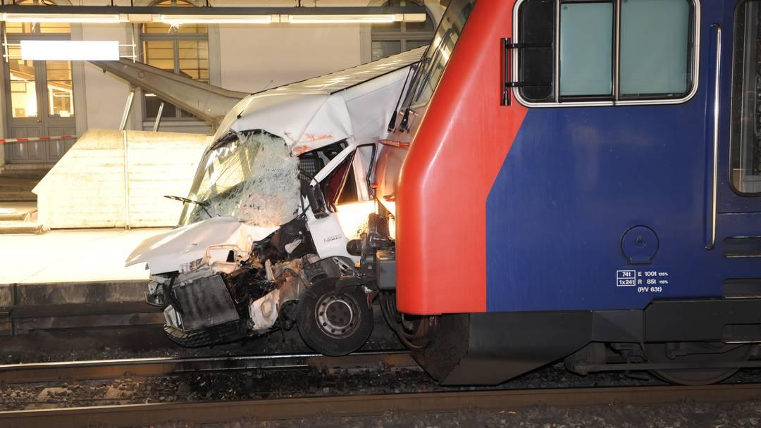 Umfrage: Zug schleift Lieferwagen 50 Meter mit.