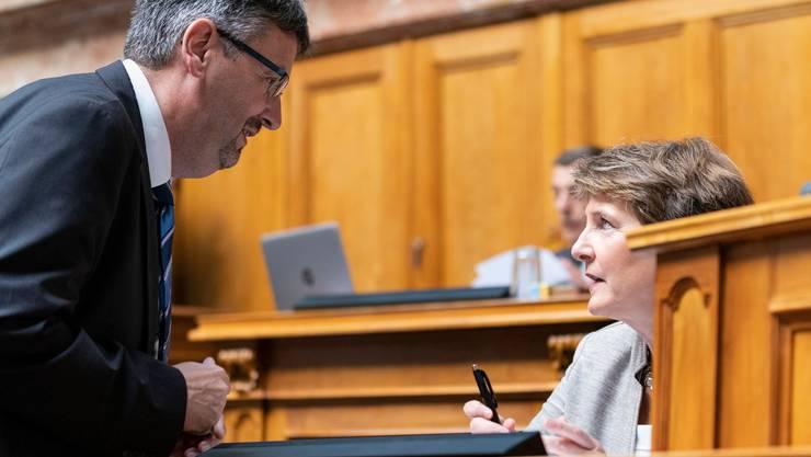Peter Füglistaler, Direktor des Bundesamtes für Verkehr, mit seiner Chefin, Verkehrsministerin Simonetta Sommaruga, im Parlament.