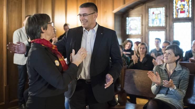 Vizeammann Markus Schneider, rechts, freut sich nach seiner Wahl zum Stadtammann mit Regula Dell'Anno-Doppler, anlässlich des zweiten Wahlgang im Stadthaus in Baden