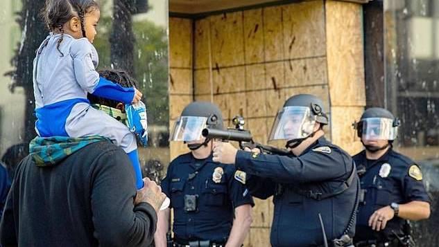Bilder wie diese sorgen in den USA für Unmut und Ausschreitungen: Die Polizei reagiert teilweise mit übertriebener Gewalt auf Demonstranten.