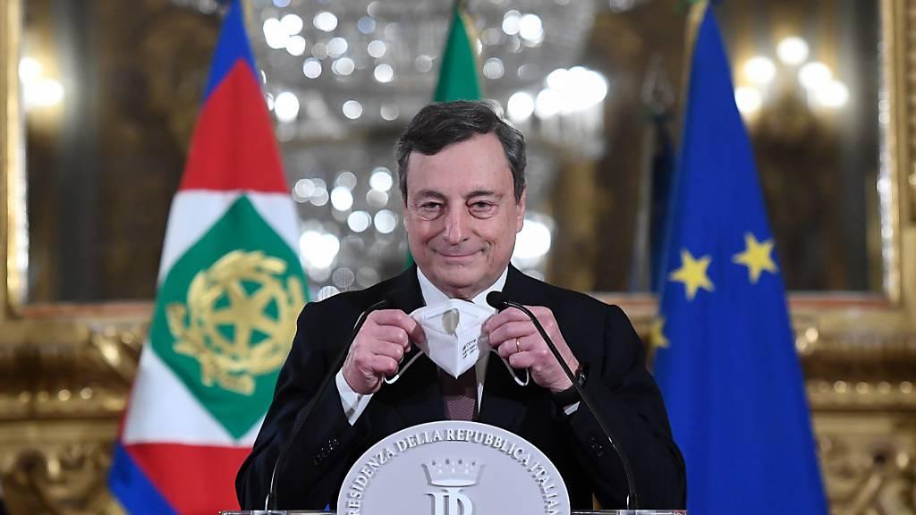 dpatopbilder - Italiens designierter Regierungschef Mario Draghi setzt seinen Mund-Nasen-Schutz auf, nachdem er zu den Journalisten nach einem Treffen mit Italiens  Präsidenten Mattarella im Präsidentenpalast gepsprochen hat.. Foto: Alessandro Di Meo/Pool Ansa/ Lap/LaPresse via ZUMA Press/dpa