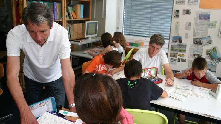 Teamteaching: Lehrer Hanspeter Amstein und Heilpädagogin Heidi Zemp unterrichten die Schüler in Leistungsgruppen. zim