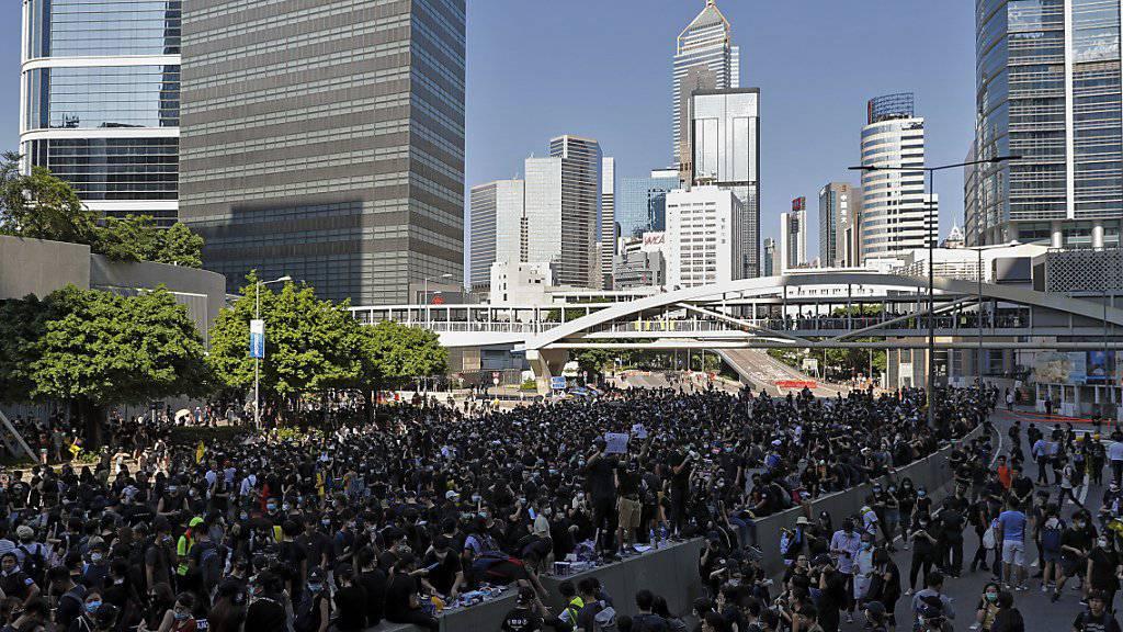 Demonstranten blockieren Strassen im Regierungsviertel von Hongkong.