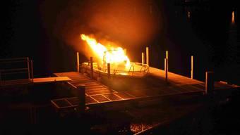 Das am Ritterquai in Solothurn angelegte Boot der Stadtpolizei Solothurn wurde durch einen Brand zerstört