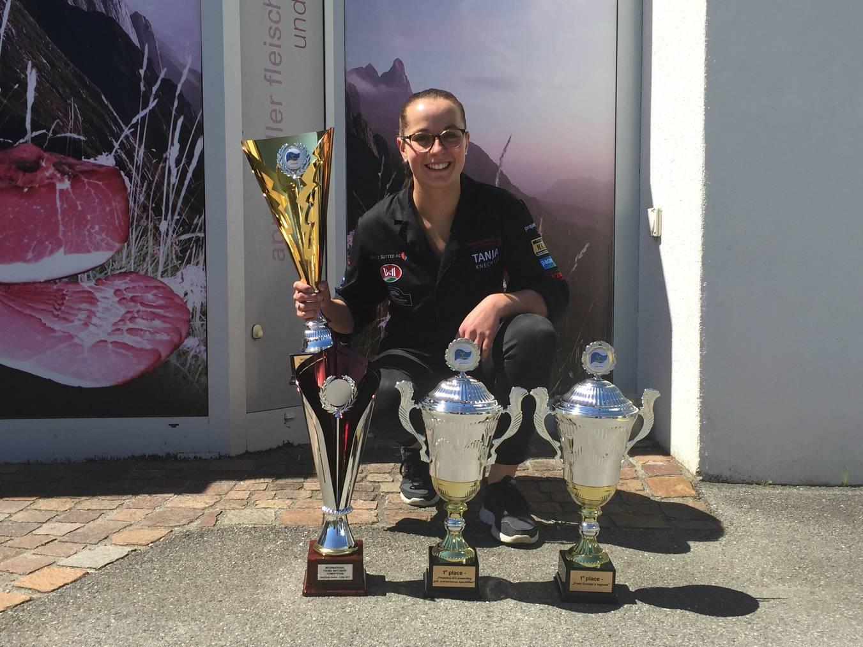Manuela Knechtle beim Empfang am Mittwoch mit ihren Pokalen (Bild: Lara Abderhalden)