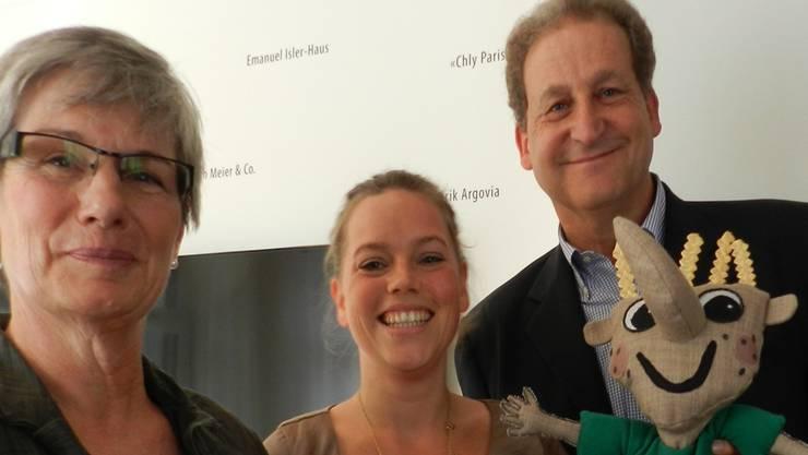Zaggli mit Michelle Huwiler (Mitte), Barbara Schärer-Oberholzer, Präsidentin der Theodor- und Bernhard-Dreifuss-Stiftung, sowie Jacques Isler, Präsident der Stiftung Freiämter Strohmuseum.