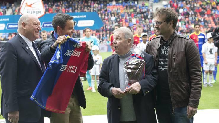 Kurt Thalmann, dritter von rechts, erhält von Bernhard Heusler das Trikot, das jetzt an seiner Wand hängt. Links neben den beiden steht die FCB-Legende Karl Odermatt.