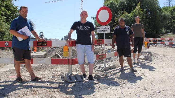 Sie wollen wieder direkt nach Windisch fahren (v. l.): Beat Märki, René Schätti mit zwei ihrer Nachbarn.