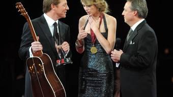 BMI Vize-Präsident Jody Williams überreicht der Komponistin des Jahres eine Gitarre.