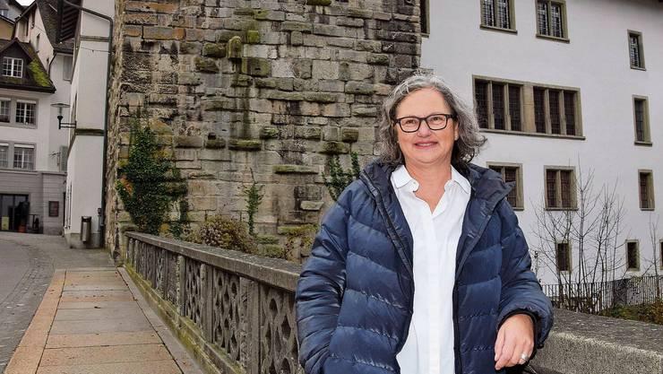 SP-Politikerin Rita Boeck auf der alten Aarebrücke – im Rücken den Schwarzen Turm und das Rathaus, wo sie in den nächsten zwei Jahren die Sitzungen des Einwohnerrats leiten wird.
