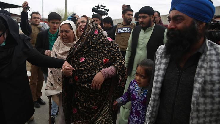 Angehörige trauern um Opfer des Angriffs auf einen Sikh-Tempel in der afghanischen Hauptstadt Kabul.