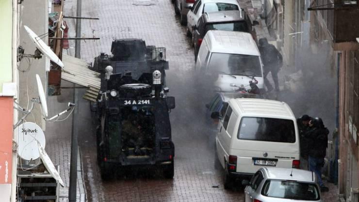 Sicherheitskräfte töten im Istanbuler Stadtteil Bayrampasa bei einer Schiesserei zwei Frauen.