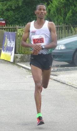 Sieger Solomon Tesfamariam stoppt sich seine Zeit.