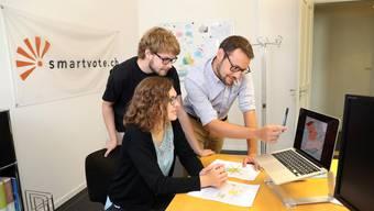 Das Smartvote- Team bei ersten Auswertungen: Evelyne Wild, Marco Gelati und Co-Geschäftsleiter Michael Erne.