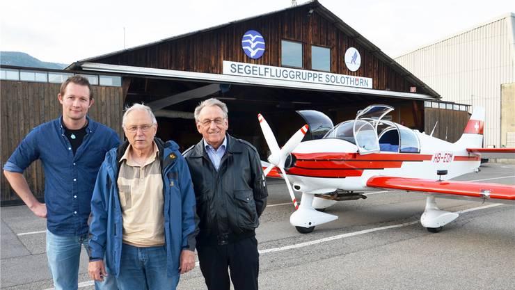 Sie bhaben beim Neuaufbau des Flugzeugs mitgearbeitet: Mirko Luder, Ruedi Vogel und Kurt Uebersax (von links) vor der neuen Robin HB-EQM und dem Hangar in Grenchen, der bis Mitte der 1950er Jahre in der Mutten in Solothurn stand.