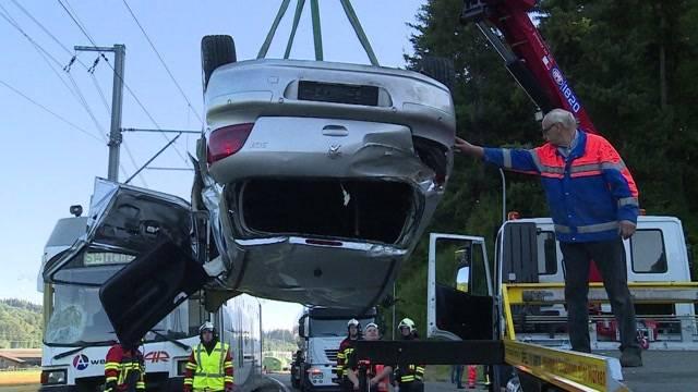 Zugcrash - Autolenkerin schwer verletzt