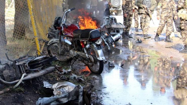 Afghanische Sicherheitskräfte am Ort des Bombenanschlags in Lashkar Gah, der Hauptstadt der Provinz Helmand.