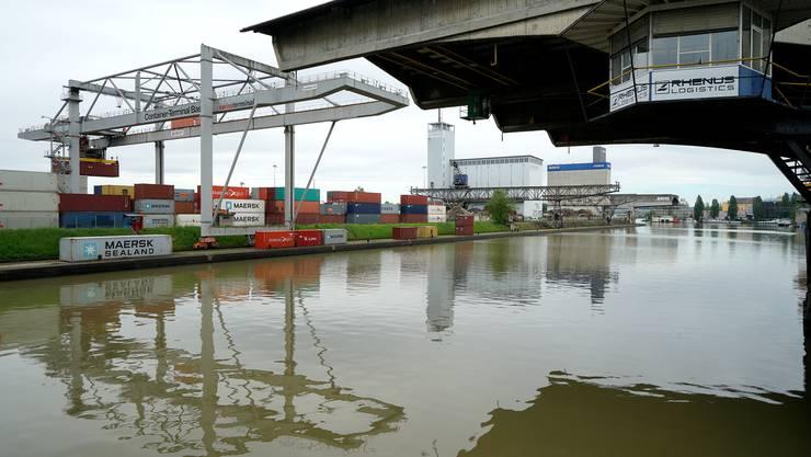 Das Hafenbecken der Basler Rheinhäfen.