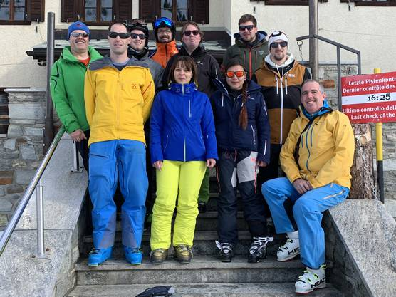 Die Gruppe vor der Unterkunft «Mountain Lodge Ze Seewjinu» oberhalb Zermatts
